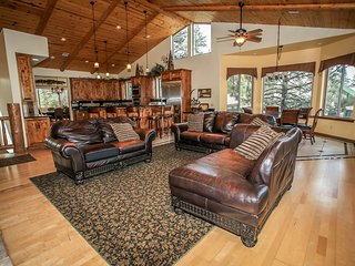 ~Log Home Masterpiece~5 Bd~Impressive Lakeside Estate~Pool Table~Hot Tub~