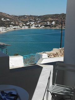 De la terrasse du studio, vue sur la plage et le village de Platys Gialos