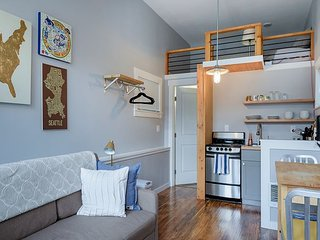 Mini Modern home! Heart of Green Lake! Free Wi-fi!