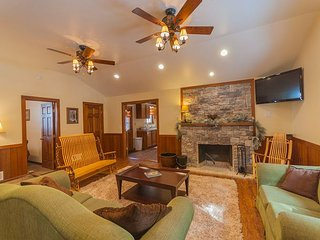 Gorgeous Lodge, Fenced Yard, Wrap Around Deck, minutes from Ohiopyle!