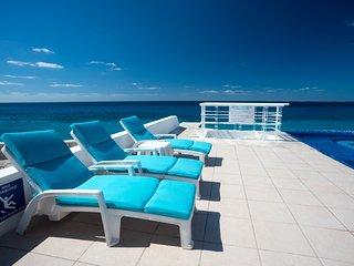 Miramar #404, Beautiful Oceanfront 2  bdrm condo, North Shore, Great Snorkeling!