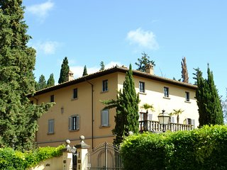 Rose - Beautiful 2 bedroom apartment in historic Villa with heated pool and park