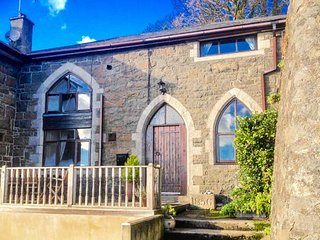 THE OLD SCHOOL HOUSE, family friendly, character holiday cottage, with a garden in Pwllheli, Ref 925944