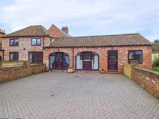 OAK TREE COTTAGE, ground floor barn conversion, summerhouse, pet-friendly, WiFi, in Leven near Beverley, Ref 942380