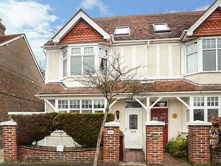 SAINT MARY'S, semi-detached large Victorian house, private enclosed garden, pet-friendly, in Chichester, Ref 950780