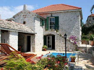 Wonderfully renovated rustic stone villa a few minutes from a pretty beach, Supetar