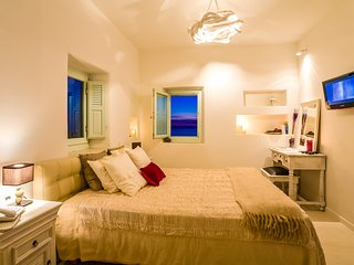 Luxurious and Private Villa near the famous Lighthouse of Santorini - Villa