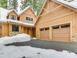 Stunning mountain home w/ gourmet kitchen, fireplace, patio, & gas grill!