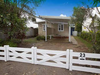 23 Bryce St - Retro Beach House with a splash of modern !, Dicky Beach