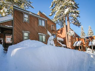 Cozy condo w/ shared pool, hot tub, & more - on-site golf & mountain views!