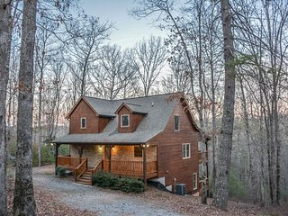 APPALACHIAN PROMISE- 3BR/3.5BA- SECLUDED CABIN SLEEPS 10+, MOVIE ROOM,