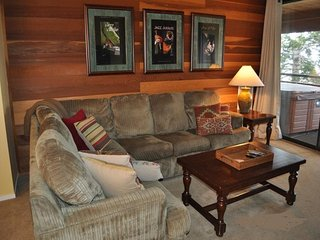 Comfortable ski-in/ski-out condo with a private hot tub on deck!, Mammoth Lakes