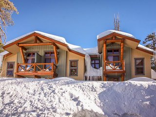 Upscale mountain condo with gas grill & shared hot tub - close to the slopes!, Mammoth Lakes