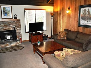 Cozy getaway with loft and on-site shared hot tub, sauna, and pool!, Mammoth Lakes