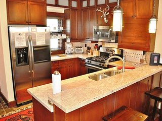 Dog-friendly rental with a shared hot tub and close to slopes!, Mammoth Lakes