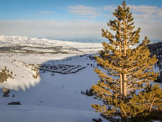 Enjoy a shared hot tub, near the golf course, athletic club, and the slopes!, Mammoth Lakes