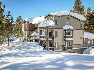Relaxing condo with a shared pool and hot tub next to Sierra Golf Course.