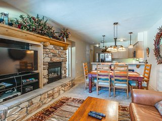 Charming condo w/shared hot tub/pool & amazing views of the Sherwin Mountains!
