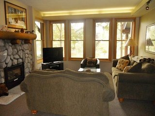 Townhome with shared hot tub and sauna, near ski slope and golf course, Mammoth Lakes