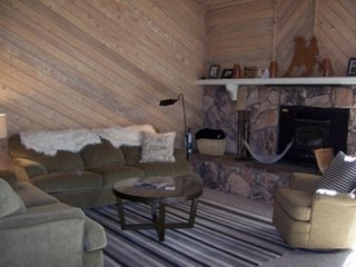 Spacious family vacation rental with shared sauna, hot tub, and seasonal pool, Lagos Mammoth