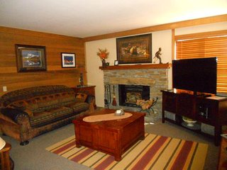 Spacious condo with mountain views, shared pool, hot tub, and sauna, Mammoth Lakes