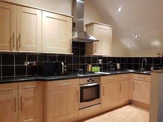 Large Bright & Modern 1 bed, Sleeps 5, Wifi, Parking