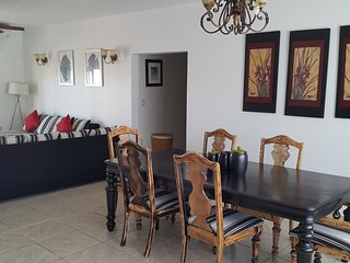 RED CLOVER SPACIOUS CLEAN AND CLOSE TO THE BEACH. free breakfast, Long Bay Beach
