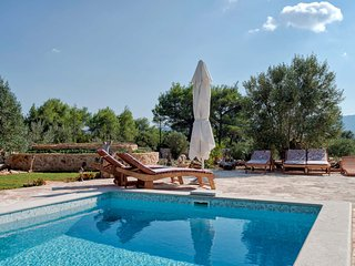 Villa Natural Rusticana - Five Bedroom Villa with Pool and Terrace