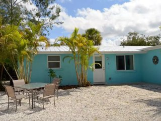 6 bedroom villa located on Siesta Key - walking distance to beach, restaurants, shops & nightlife