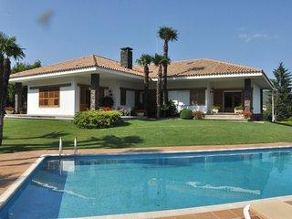 Acogedora casa con amplio jardìn y piscina, Les Planes d'Hostoles