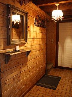 Couloir d'accès menant aux chambres à l'étage et à la salle-de-bain du chalet privé Le Perce Neige.