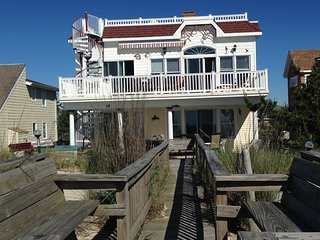 Large OceanFront house, Prvt Beach Access, 7 decks, hot Tub, game room, Handicap, Surf City