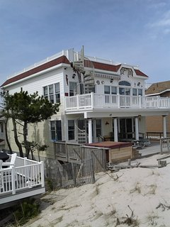 Large OceanFront house, Prvt Beach Access, 7 decks, hot Tub, game room, Handicap