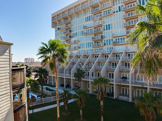 Dog-friendly condo w/  shared pools, hot tubs, and tennis onsite - near beach!