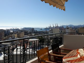Bright & comfy flat with sea and city view, Piraeus
