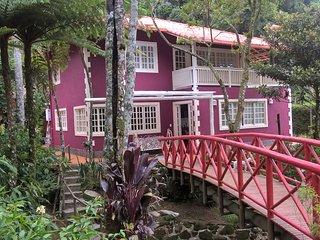 Bela casa em condomínio em meio à Natureza, ao lado do Parque. Est. Três Picos