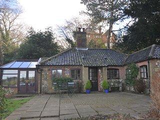 Idyllic Riverside Holiday Cottage. Pet Friendly. Riverside Pub Nearby