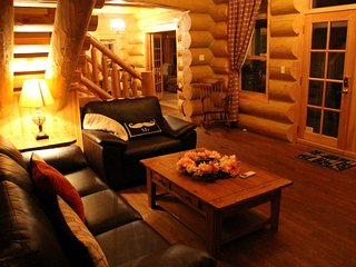 ChaletsOasis Lakefront 4 Bedroom Log Home, Milles Isles