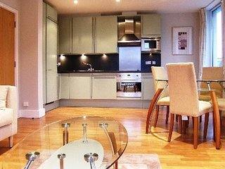 Lovely City of London Flat with Balconies, 150 Metres from The Tower of London