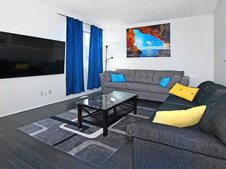 Roomy 7BR, sleeps 19, 5mins to DT, walk to  CTrain