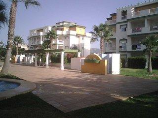 A 100 mts playa,  bajo con Terraza y parcela privada, 3 piscinas y zona comun.