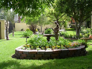 Tarzana Guest House with Tranquil Gardens