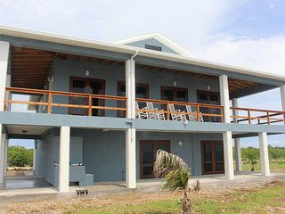 Brand New Oceanfront Home with Private Studio Apt - Walk Out Diving & Snorkeling, Utila