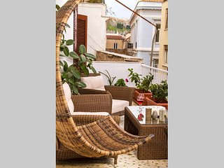 Elegant designed full apartment with OpenAir Jacuzzi & Acropolis view in Plaka, Atenas
