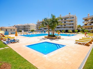 ROSAL Spacious apartment, sea view, garden, large pool & Tennis courts , AC,WiFi