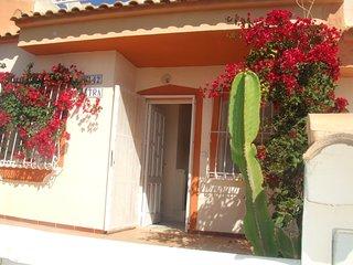 Casa con piscina comunid enfrente, teraza,solarium, apacarmiento,cerca CONSUM