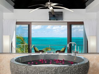 Ocean Edge Villa on Grace Bay Beach, turquoise views & great snorkeling!