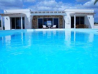 Villa V, villa spaziosa con piscina, zona di pace a 5KM di NOTO e del suo mare, Noto
