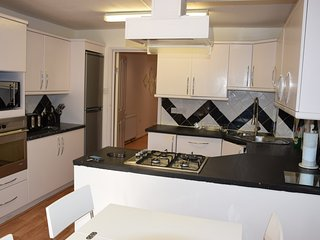 4 Bedroom house, 2 Bathrooms, garden, 5 min. tube, 20 min. City centre