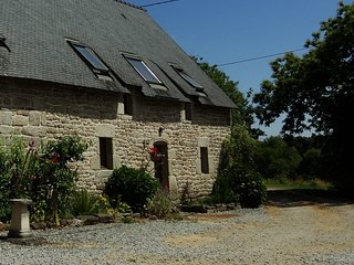 Cottage with large shared heated pool set in 30 acres, Guemene-sur-Scorff